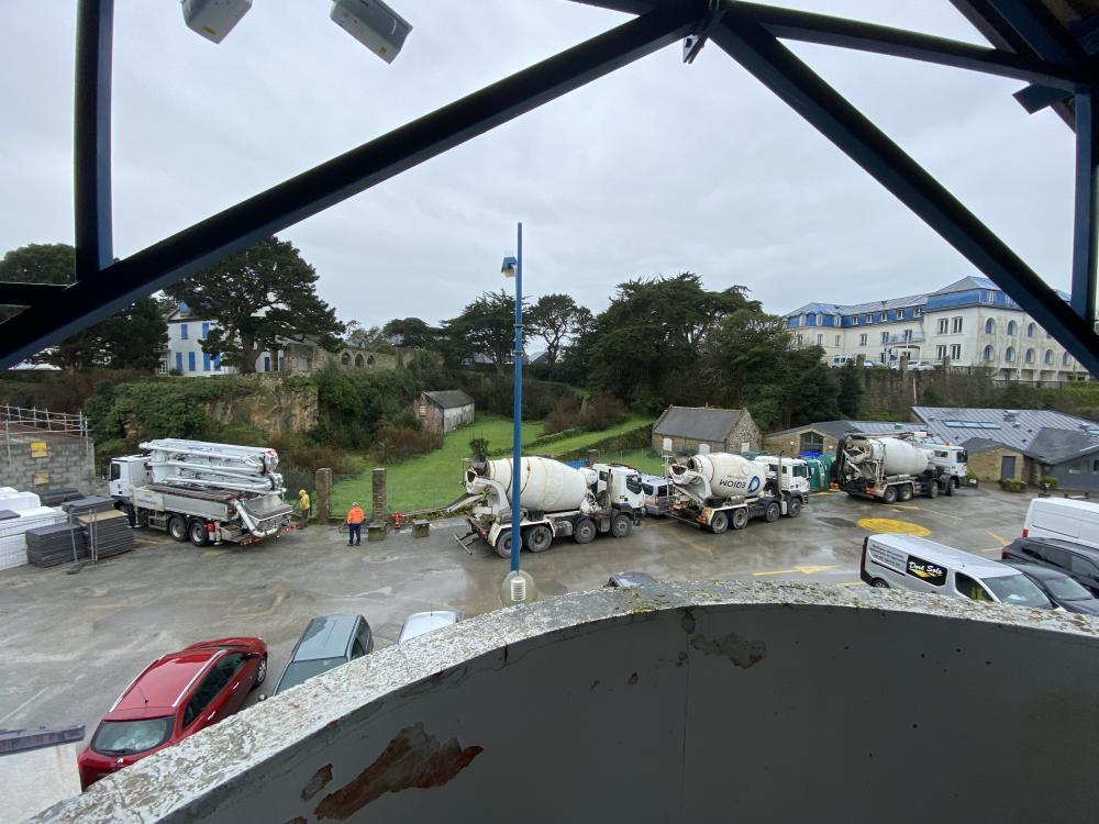 Port Haliguen Quiberon - ça se bouscule pour le coulage de la dalle des commerces Février 2021 Photo CPM